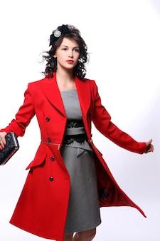Mooie jonge vrouw in rode jas