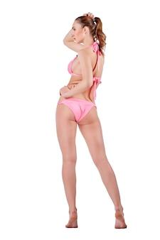 Mooie jonge vrouw in roze badkleding