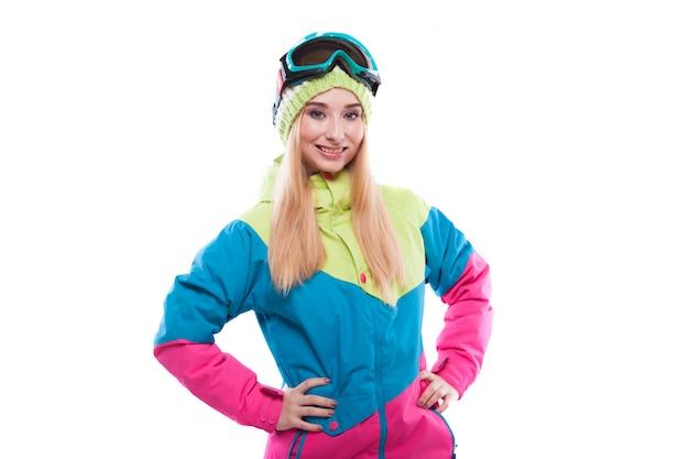 Mooie jonge vrouw in ski-outfit en ski-bril