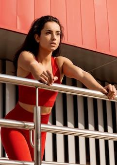 Mooie jonge vrouw in sportkleding poseren