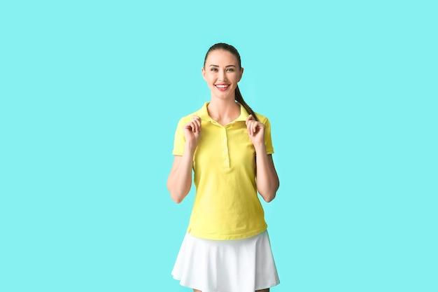 Mooie jonge vrouw in stijlvol poloshirt op blauw