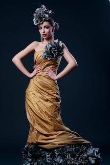 Mooie jonge vrouw in stijlvolle jurk