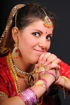 Mooie jonge vrouw in traditionele kleding