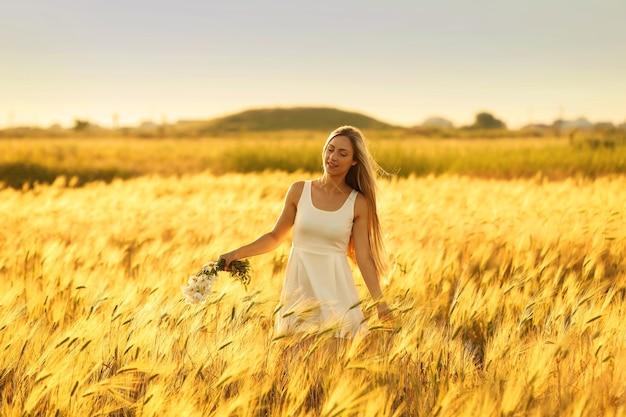 Mooie jonge vrouw in veld
