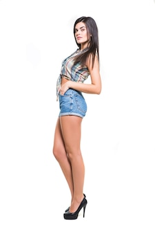 Mooie jonge vrouw in vrijetijdskleding die zich voordeed op witte achtergrond