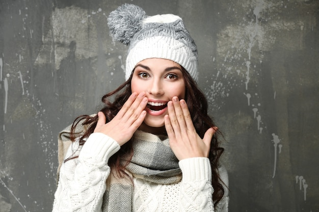 Mooie jonge vrouw in warme kleren