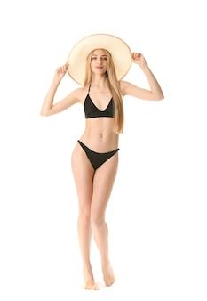 Mooie jonge vrouw in zwemkleding op witte achtergrond
