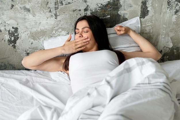 Mooie jonge vrouw klaar om een dutje te doen