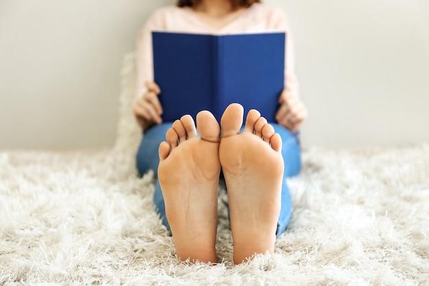 Mooie jonge vrouw leesboek thuis