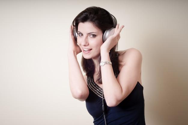 Mooie jonge vrouw, luisteren naar muziek