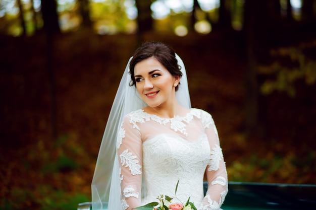 Mooie jonge vrouw meisje in een bloeiende tuin in bloei in de lucht en vliegende witte jurk, rode lippen, haar emotie op zijn gezicht een ongewoon zicht glimlach zonlicht buiten