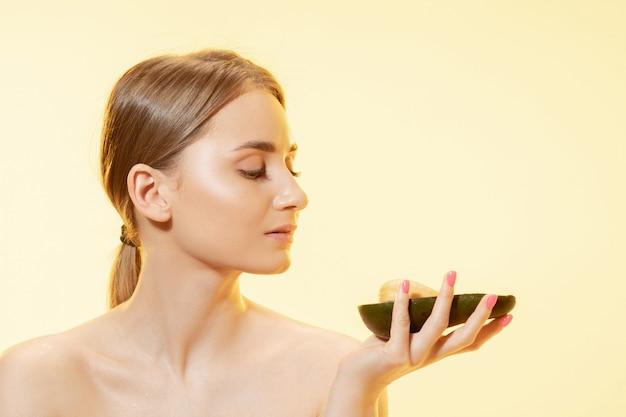 Mooie jonge vrouw met avocado