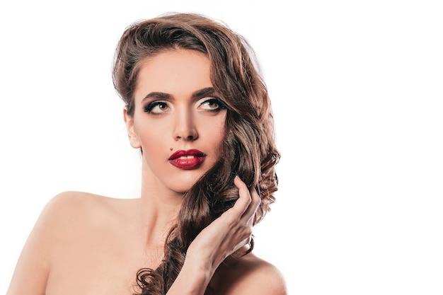 Mooie jonge vrouw met avond make-up. geïsoleerd op wit