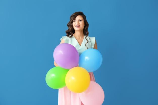 Mooie jonge vrouw met ballons