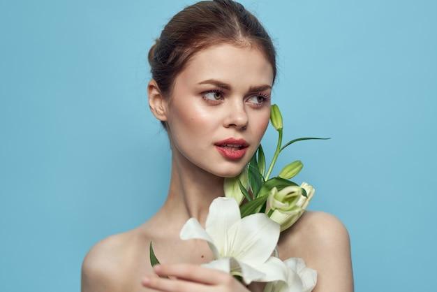 Mooie jonge vrouw met bloem