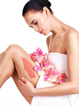 Mooie jonge vrouw met bloemen met behulp van een struikgewas.