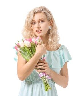 Mooie jonge vrouw met bloemen op witte ondergrond. internationale vrouwendagviering