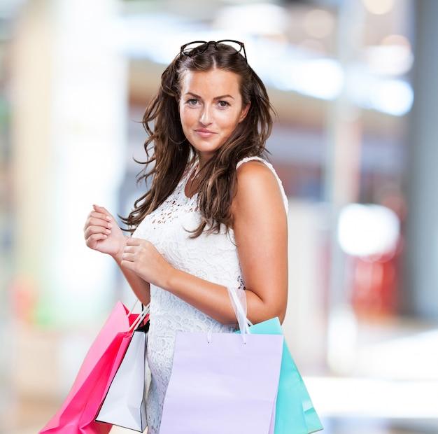 Mooie jonge vrouw met boodschappentassen