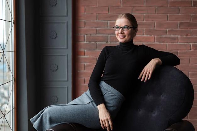 Mooie jonge vrouw met een bril