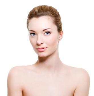 Mooie jonge vrouw met een gezonde frisse huid