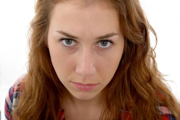 Mooie jonge vrouw met een uitdrukking van verdriet