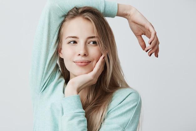 Mooie jonge vrouw met europese uitstraling, poses