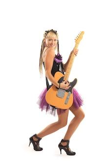 Mooie jonge vrouw met gitaar die zich voordeed op witte achtergrond