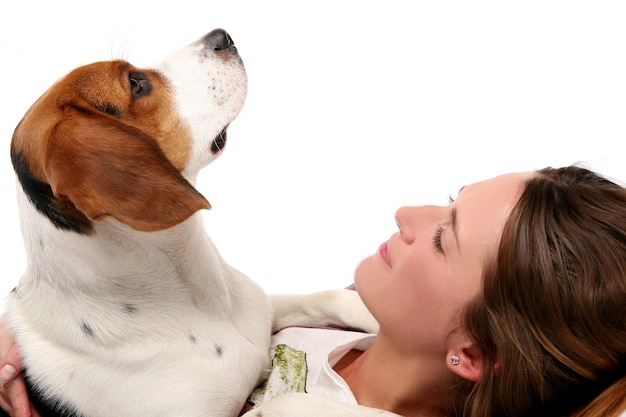 Mooie jonge vrouw met hond