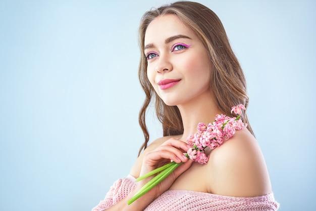 Mooie jonge vrouw met hyacint bloemen