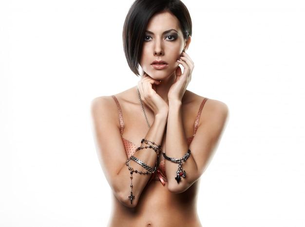 Mooie jonge vrouw met juwelen op handen die op wit worden geïsoleerd