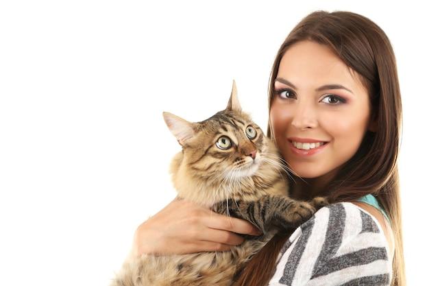 Mooie jonge vrouw met kat op wit