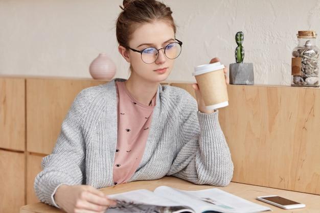 Mooie jonge vrouw met kopje koffie