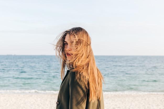 Mooie jonge vrouw met lang bruin haar