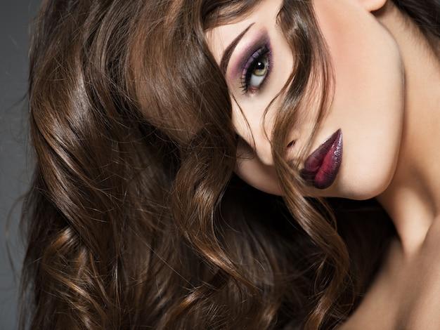 Mooie jonge vrouw met lang haar. portret van een geweldig meisje met stijl mode make-up.