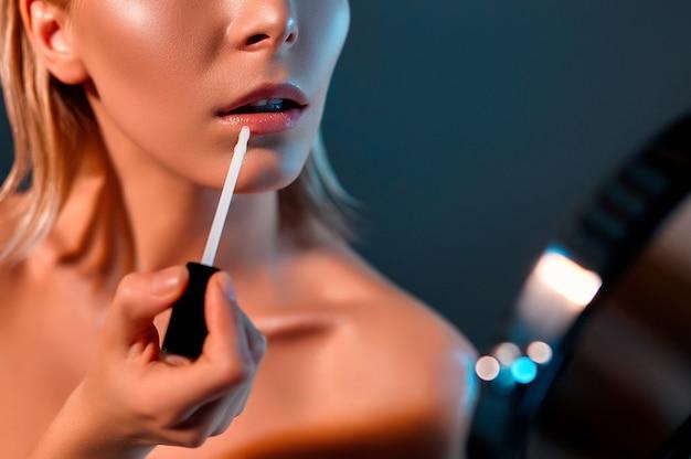 Mooie jonge vrouw met lippenstift en schone frisse huid. de gezichtsverzorging van de schoonheid van het meisje. cosmetologie, schoonheid en spa.