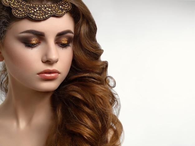 Mooie jonge vrouw met make-up en haar