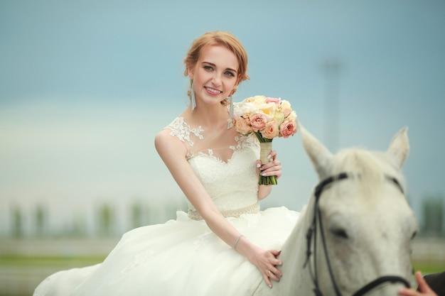 Mooie jonge vrouw met make-up en kapsel te paard
