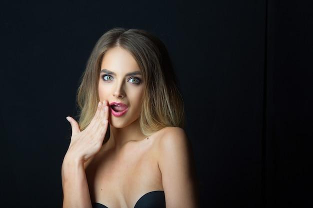 Mooie jonge vrouw met make-up en kapsel
