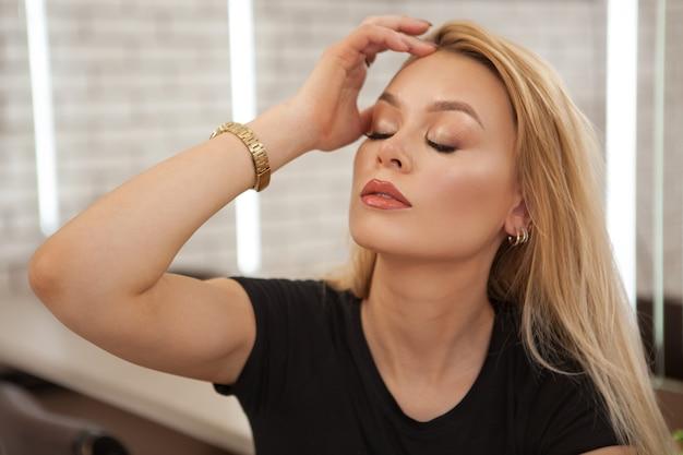Mooie jonge vrouw met onberispelijke make-up
