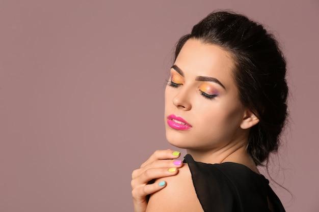 Mooie jonge vrouw met professionele manicure