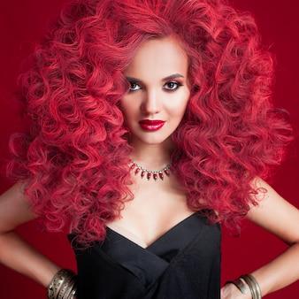 Mooie jonge vrouw met rood haar. lichte make-up en haarstijl