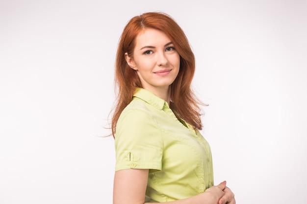 Mooie jonge vrouw met rood haar op wit.