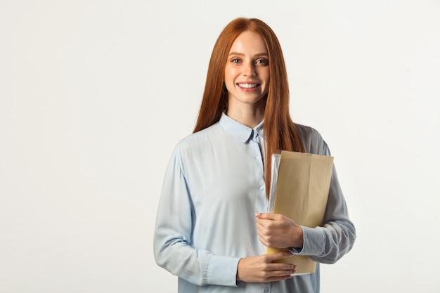 Mooie jonge vrouw met rood haar