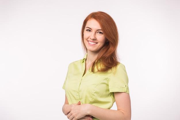 Mooie jonge vrouw met rood haar.