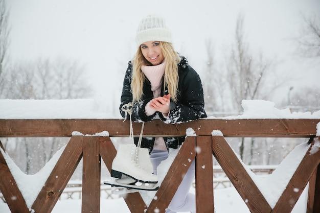 Mooie jonge vrouw met schaatsen
