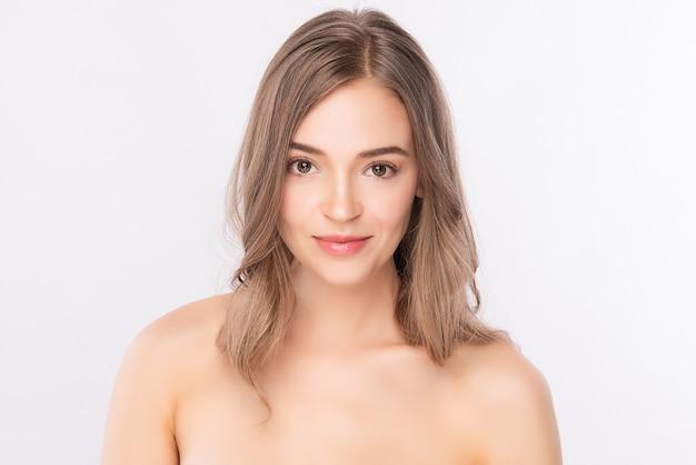 Mooie jonge vrouw met schone frisse huid, gezichtsverzorging, gezichtsbehandeling. cosmetologie, schoonheid. vrouw portret.