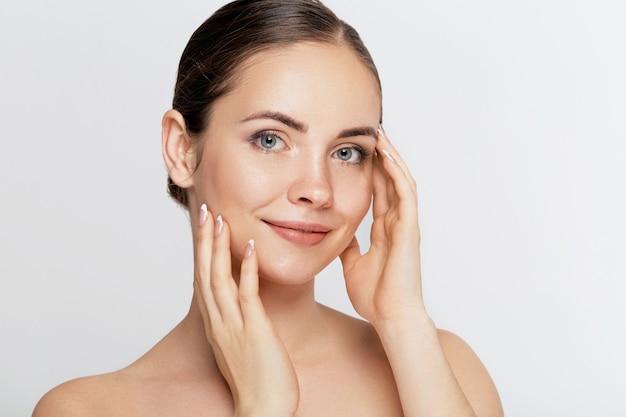 Mooie jonge vrouw met schone frisse huid kijken weg. meisje schoonheid gezichtsverzorging. gezichtsbehandeling. huidsverzorging. cosmetologie, schoonheid en spa.