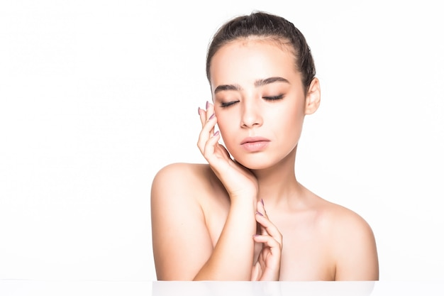 Mooie jonge vrouw met schone frisse huid poseren