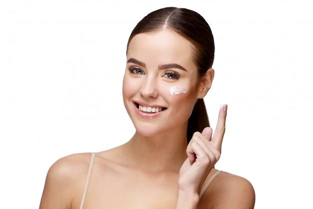 Mooie jonge vrouw met schone frisse huid