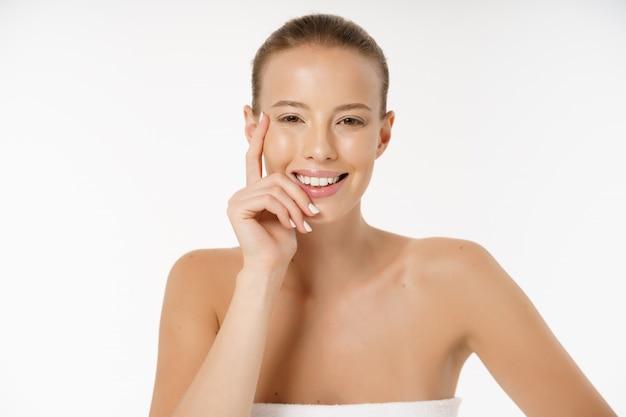Mooie jonge vrouw met schone frisse perfecte huid.